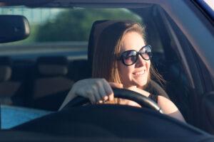 akiniai ir vairuotojas